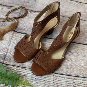 NWOB Clarks Deloria Liv Mahogany Leather Sandals